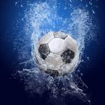 坠入水中的足球