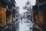 雨中老街道