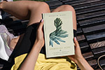 女人手里的书籍样机