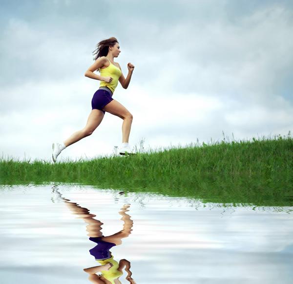 草地跑步女性