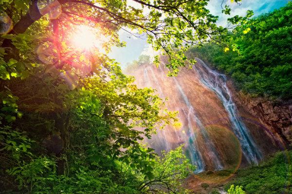 风景,山水,草,阳光,瀑布,河涧,流水,石头,树木,植被,高清图片,jpg格式
