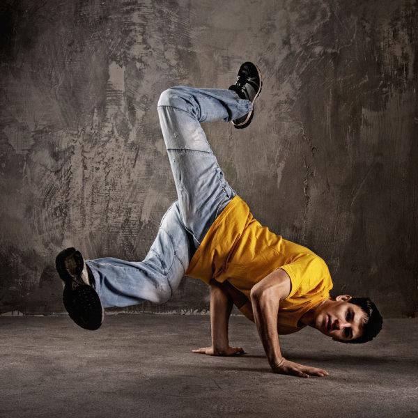 跳街舞的男孩