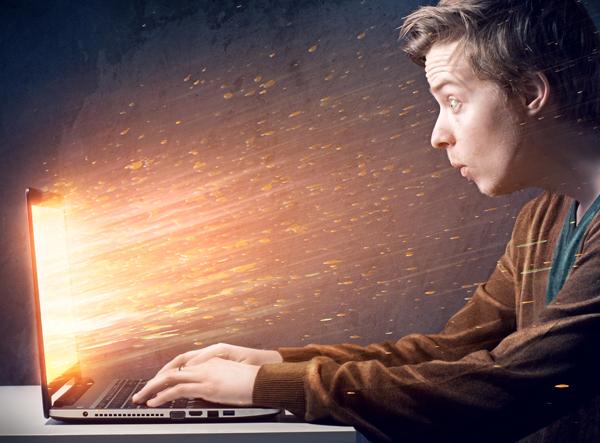 发光的笔记本电脑