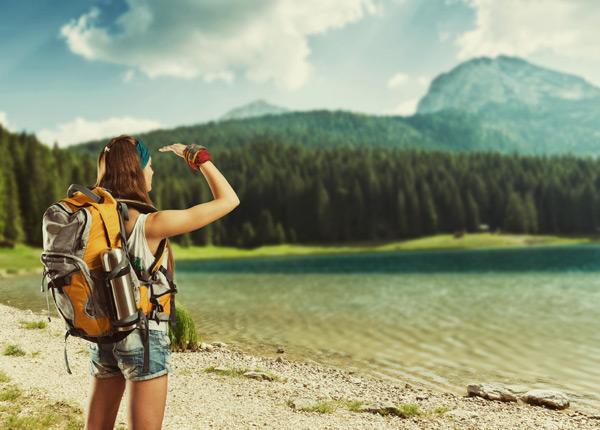 户外旅游的女性高清图片