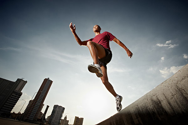 城市中飞跃的男人
