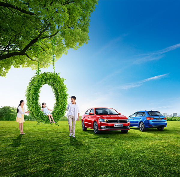 汽车广告,一家三口,女儿,荡秋千,父母相扶,红色车体,蓝色车体,大树