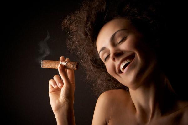 女人手拿烟生活照