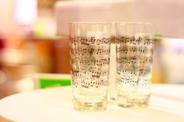 印有音符的玻璃杯