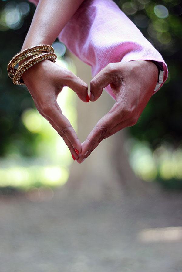 情侣手指比爱心
