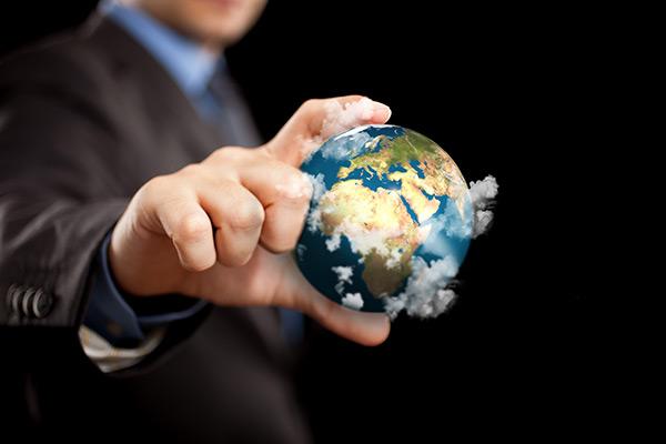拿着地球的人图片