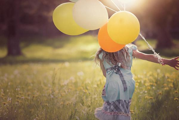 拿气球奔跑的女孩