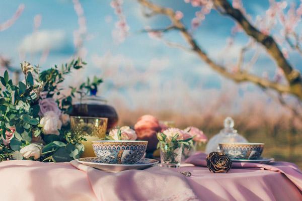桌子上的茶具