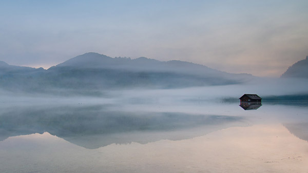 湖边雾中小屋