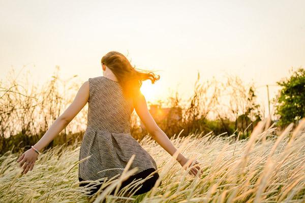 草丛里的女孩