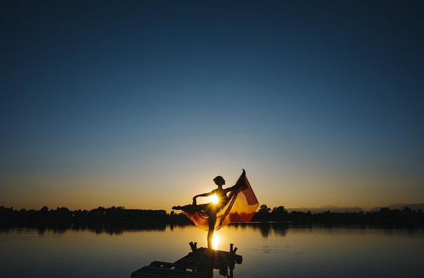 日落湖边芭蕾舞女