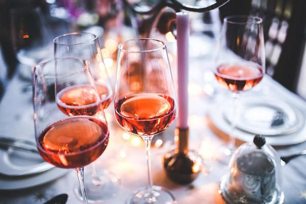 餐桌上的葡萄酒