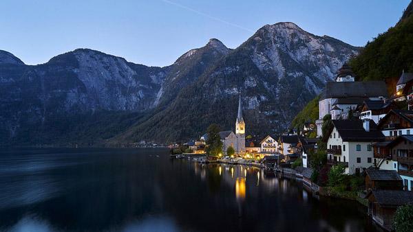 傍晚湖边教堂