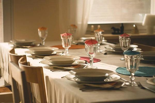 摆好餐具的餐桌