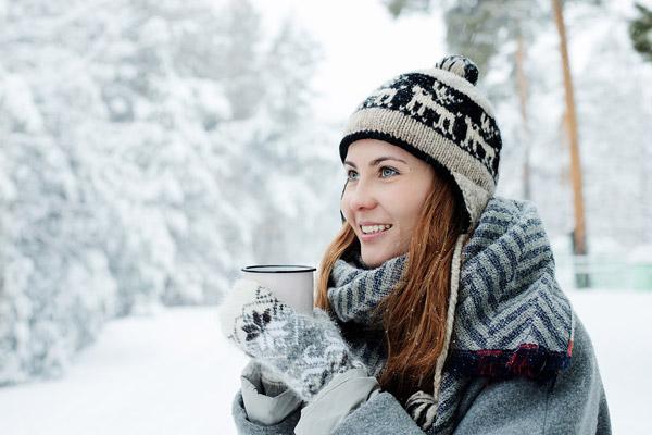 雪地喝水的女孩