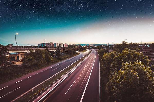 晚上高速公路