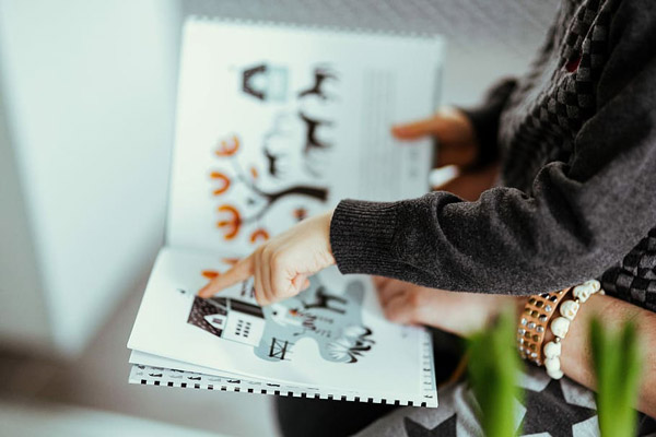 阅读绘本的孩子