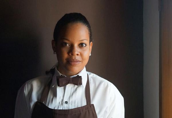 女性服务员肖像