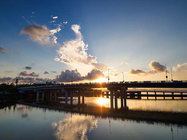 日出桥梁景色
