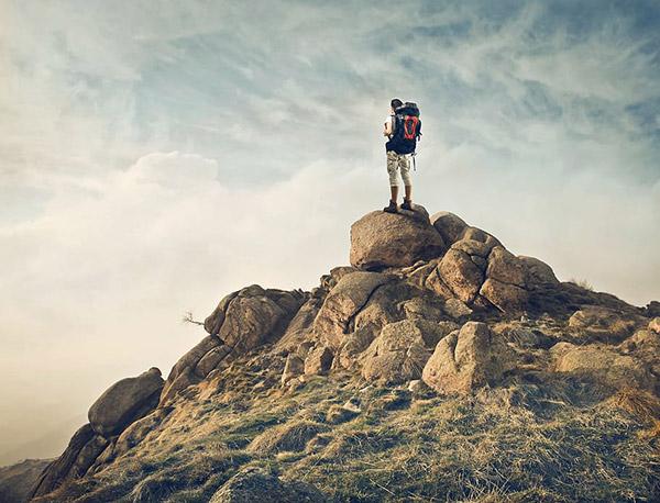 山峰上的登山者