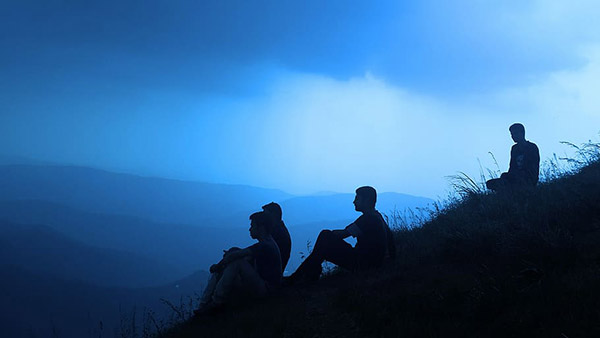 坐在山丘的男人
