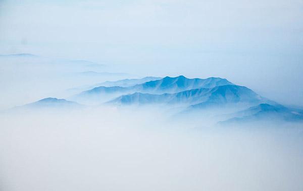 鸟瞰云雾中的山脉