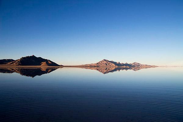 山水倒映风景
