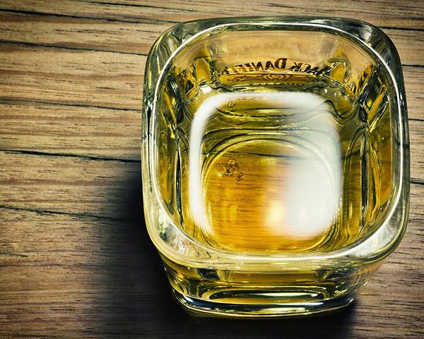 桌上的玻璃杯