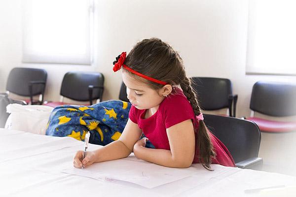 做作业的小女孩