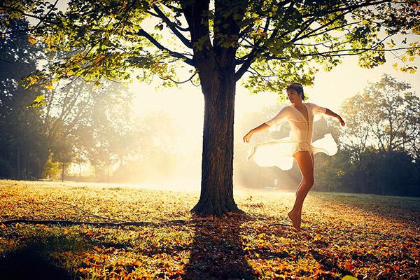 阳光下跳舞的美女