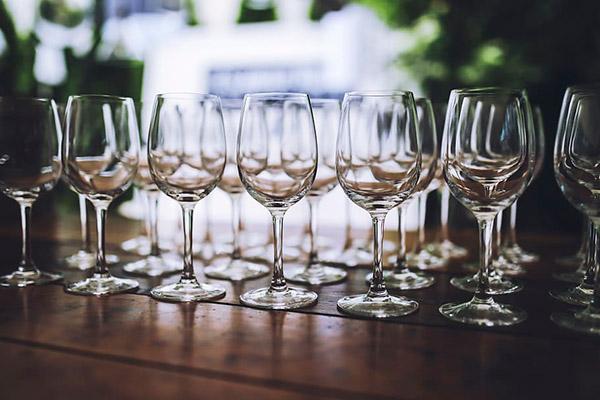 白色红酒杯