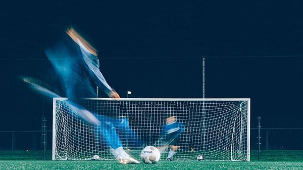 足球射门瞬间