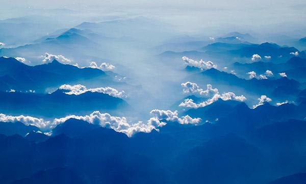 日出雾霾山脉