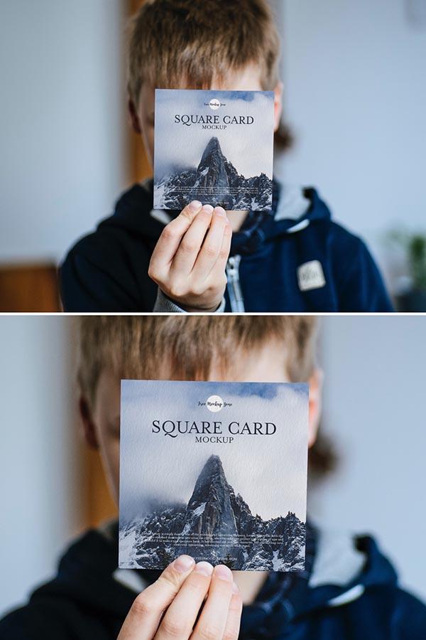 小男孩展示方形卡片样机