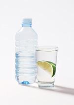 瓶装水和杯子