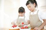 做蛋糕的小女孩