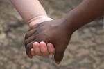 白人和黑人拉手