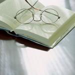 放在书上的眼镜