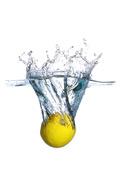 坠入水中的柠檬
