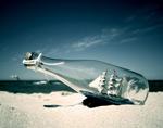 沙滩上的玻璃瓶