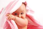 披着毛巾的婴儿
