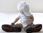穿大鞋的婴儿