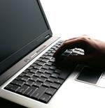 操作笔记本电脑