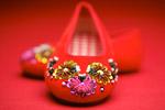 珠片红布鞋特写