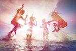 海面跳跃的人