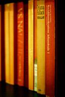 整齐摆放的书